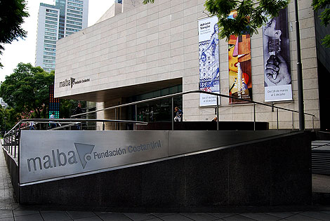 Fachada del museo Malba donde se observa la marca aplicada en dos de sus materialidades características.
