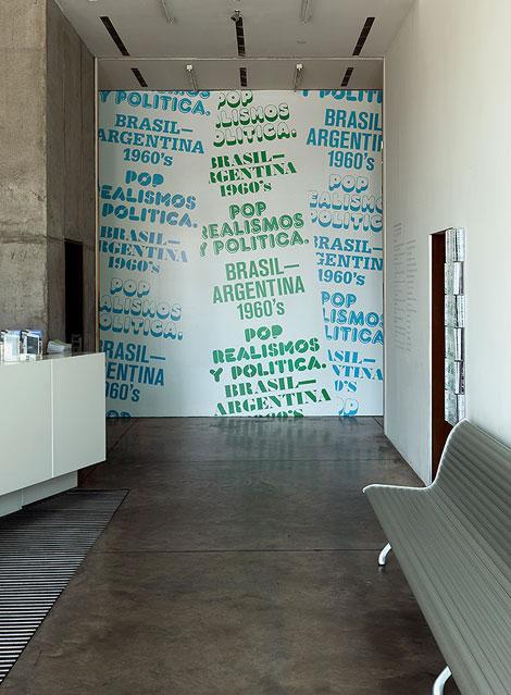 Gráfica de exhibición montada en la pared que separa el hall de Fundación Proa de la primera sala del museo.