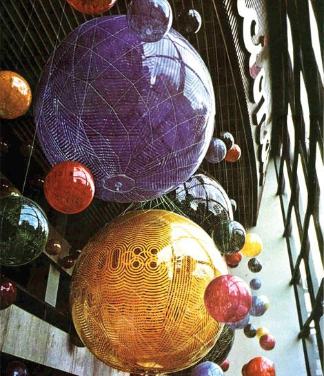 Globos de helio diseñados por Eduardo Terrazas como parte de la identidad de México 68.
