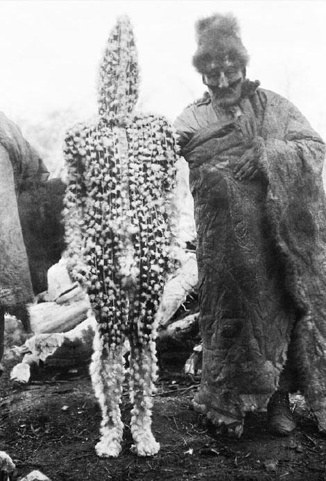 K'terrnen, el espíritu de Xalpen niño, es presentado por el chamán Tenenesk. Su cuerpo está cubierto de grasa de ganso. © Anthropos Institute, Sankt Augustin, Alemania.