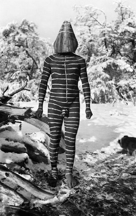 Ulen es un espíritu masculino en forma de payaso, su función es entretener a la audiencia del Hain. © Anthropos Institute, Sankt Augustin, Alemania.