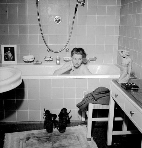 """Fig. 1. Fotógrafo: David Scherman. Modelo: Elizabeth """"Lee"""" Miller. Ambos en Prinzregentenplatz 16, abril 30 de 1945. © www.leemiller.co.uk"""